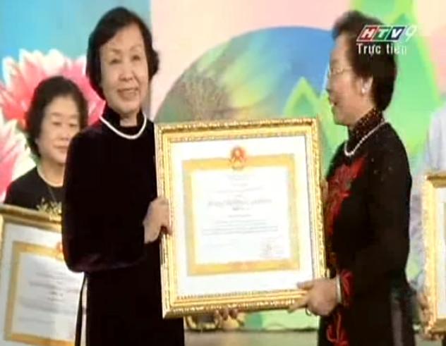Bà Nguyễn Thị Sơn CT Hội đồng quản trị Trường THCS, THPT Duy Tân được nhà nước trao tặng huân chương lao động hạng ba
